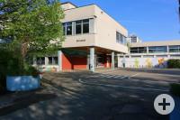 Sicht der Schule von der Straße aus