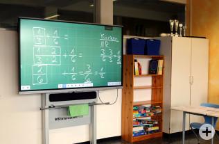 Ein interactiver Touchscreen in einem Klassenraum